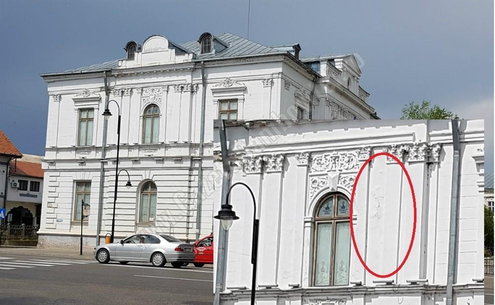 TÂRGOVIȘTE: Fațada Muzeului de Artă se dezintegrează! Clădirea a fost renovată în 2009