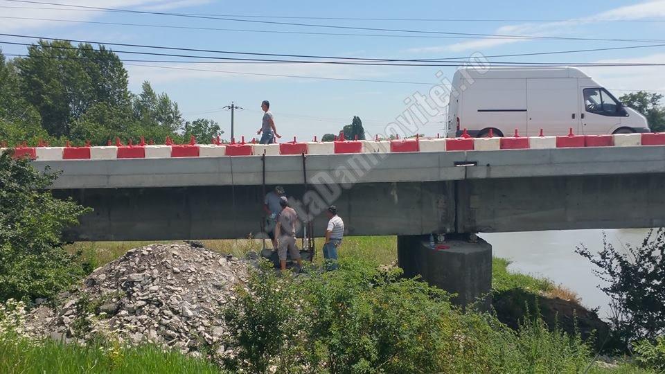 Trei bărbați și o bormașină au reluat lucrările la podul de la Valea Voievozilor