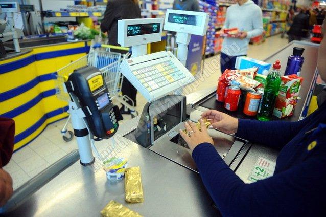 Realitate crudă: Supermarketurile din Pucioasa pline de vânzători cu diplome universitare şi masterate