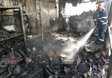 Un depozit cu materiale combustibile a luat foc la Bungetu