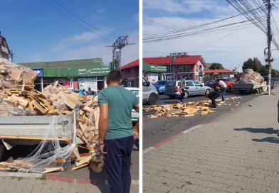 GĂEȘTI: O mașină plină cu lemne a pierdut încărcatura în centrul orașului