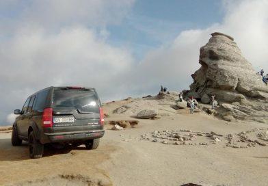 Un brașovean a urcat cu mașina până la poalele Sfinxului