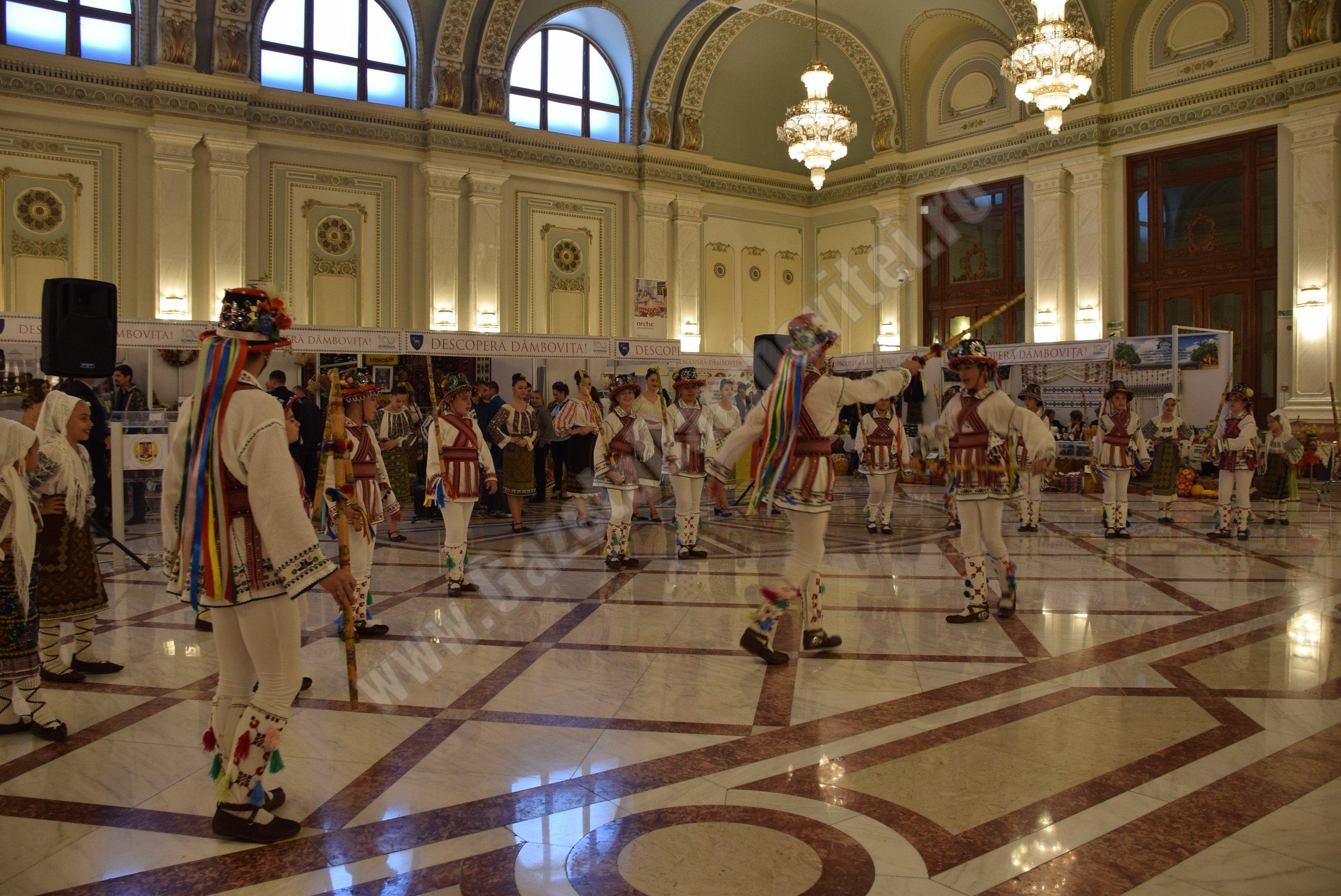 """Ansamblul Folcloric """"Codrulețul"""" din Găești, moment artistic la Palatul Parlamentului"""