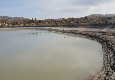 PUCIOASA: Barajul, singura sursa de alimentare cu apă, aproape secat! Imagini apocaliptice