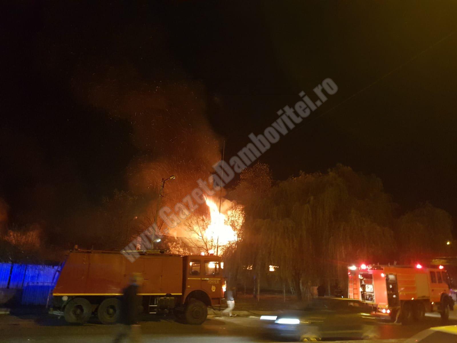 """TÂRGOVIȘTE: Fabrica de mobilă """"Nicu Canapele"""" a ars în această seară. În zonă nu sunt hidranți funționali"""