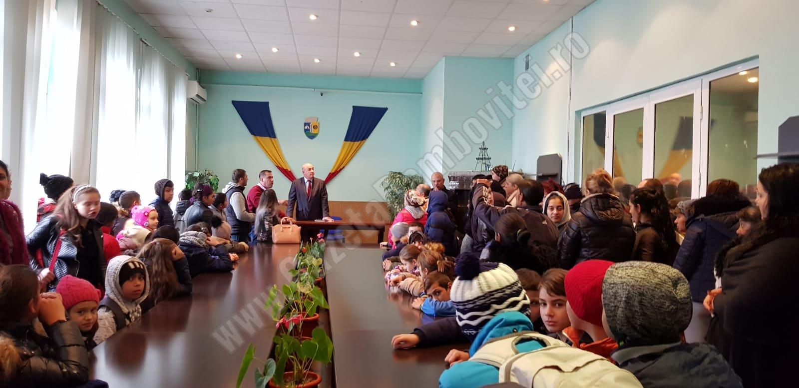 MORENI: Părinții elevilor din școala neîncălzită i-au dus pe micuți la primărie