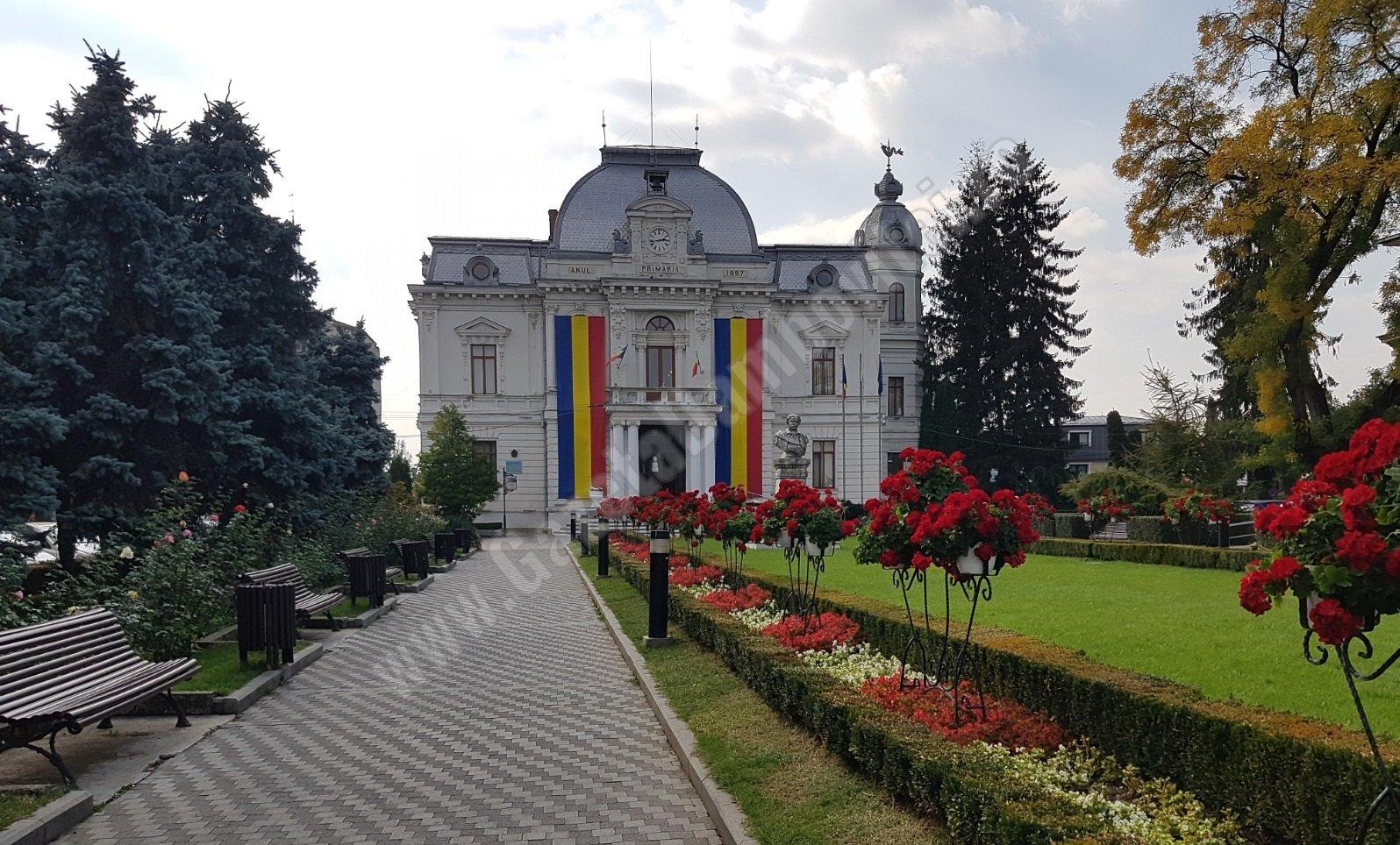 Percheziții la Primăria Târgoviște. Trei persoane, reținute de polițiști