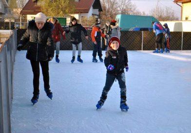 Bucurie și pentru copiii de la țară! O comună din sudul județului are patinoar