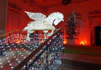 MODERNISM: Un cal cu aripi a fost instalat, ca ornament de Crăciun, în holul Primăriei Târgoviște
