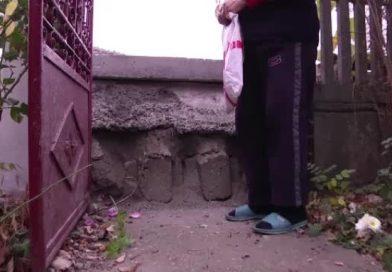ȘOTÂNGA: Drum înălțat cu aproape un metru. Localnicilor le e greu să mai iasă din curți