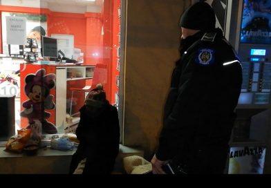 TÂRGOVIȘTE: Oamenii străzii refuză ajutorul Poliției Locale și al DAS. Preferă să rămână sub cerul liber