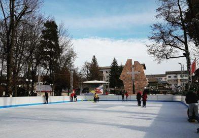 Primul patinoar din nordul județului a fost amenajat în Parcul Central din Pucioasa