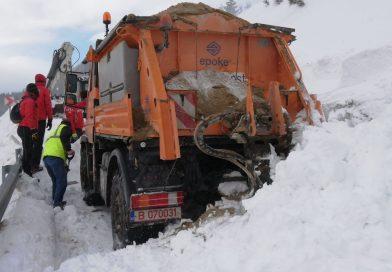 Avalanșa din Bucegi a surprins un utilaj. Șoferul s-a salvat în ultimul moment