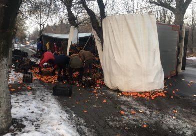 Un TIR cu mandarine s-a răsturnat în fața Parchetului din Găești