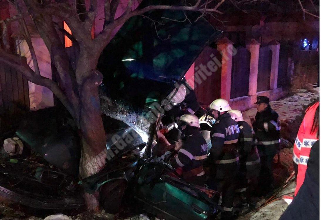 Doi tineri încarcerați, după ce s-au izbit cu BMW-ul de un copac