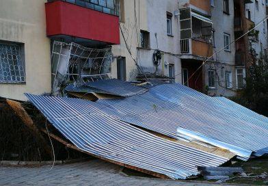 Foto: Vântul a distrus un acoperiș în Micro 9