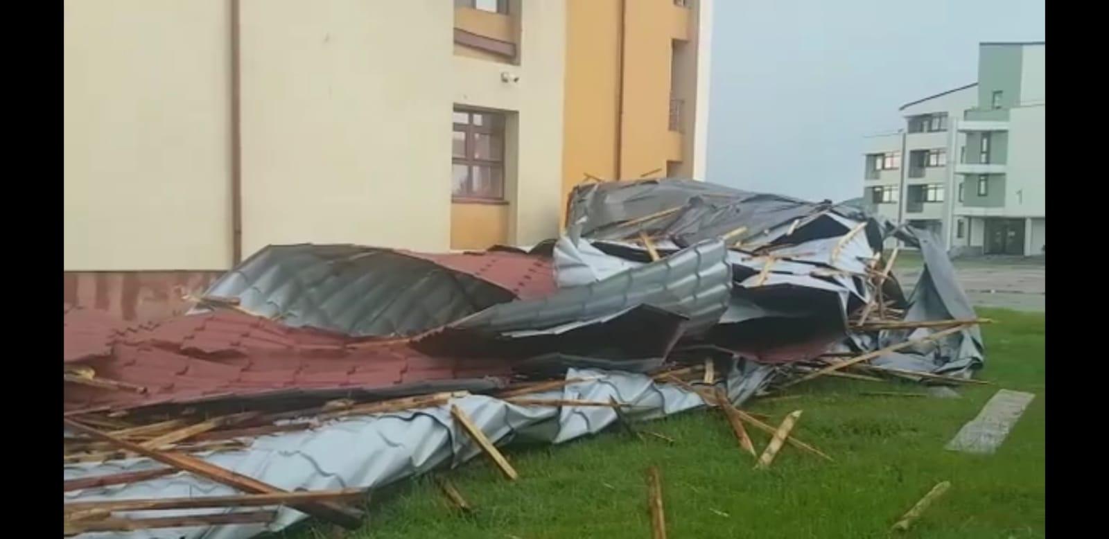 TÂRGOVIȘTE: Acoperișul unui cămin studențesc a fost doborât de vânt