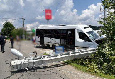 O șoferiță a provocat un accident grav în Voinești, intrând în coliziune cu un microbuz aflat în depășire