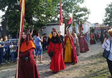 """Ziua a II-a a festivalului """"Dracula"""" a adunat numeroși localnici și turiști care """"au pășit"""" în Evul Mediu"""
