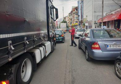 GĂEȘTI: Un șofer de TIR a lovit intenționat o mașină în centrul orașului