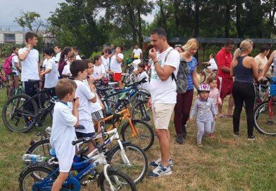 DRAGODANA: Bicicletele oferite de primărie tuturor elevilor au pus localitatea în mișcare