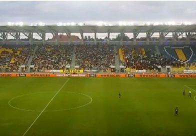 Imagini din timpul meciului! Vezi ce atmosferă e pe Ilie Oană!