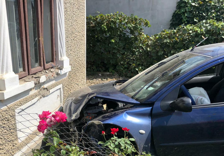 Mașină intrată în zidul unei locuințe