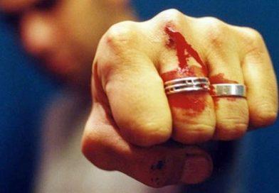 Tânăr reținut pentru tentativă de omor după ce și-a înjunghiat un vecin