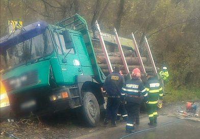 Moțăieni: Autocamion cu lemne răsturnat peste un pieton