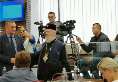 Arhiepiscopul Târgoviștei a întrerupt o conferință de presă pentru o discuție cu Sandu Oprea