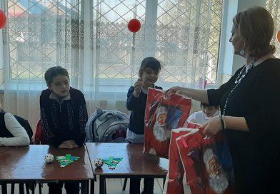 Daruri de la Moș Nicolae pentru copiii de la Școala din Cornești