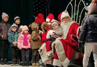 Chiar și pe vreme rea, Magia Crăciunului există. Sute de copii l-au așteptat aseară, la Târgoviște, pe Moș Crăciun