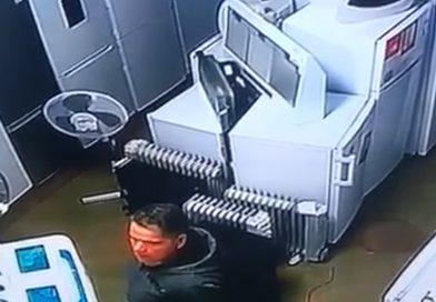 GĂEȘTI: Furt, ziua în amiaza mare! Cum a luat un bărbat un laptop dintr-un magazin – VIDEO
