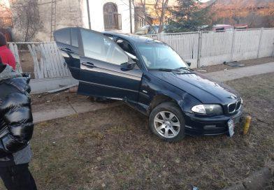 ULMI: Un șofer a zburat cu mașină într-un stâlp și două garduri