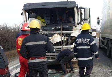 BUJOREANCA: Șofer descarcerat de ISU, după coliziunea dintre două TIR-uri