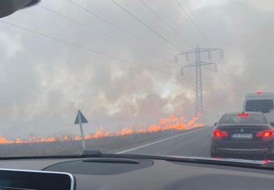 VIDEO – Circulație îngreunată de foc și fum pe DN 71