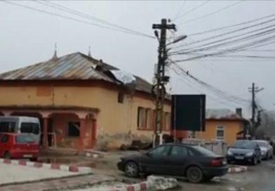 POTLOGI: Cămin cultural degradat, demolat de autorităţi. Clădirea este în aria de protecţie a Palatului