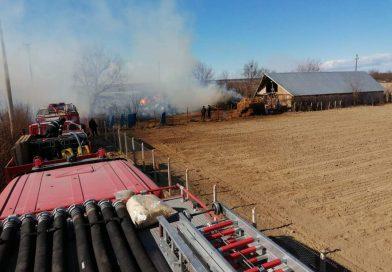 PERȘINARI: Intervenția pompierilor la un incendiu este îngreunată de vânt