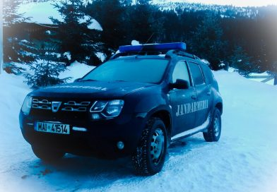 BUCEGI: Un autocar plin cu turiști a fost deblocat din zăpadă de jandarmii dâmboviţeni