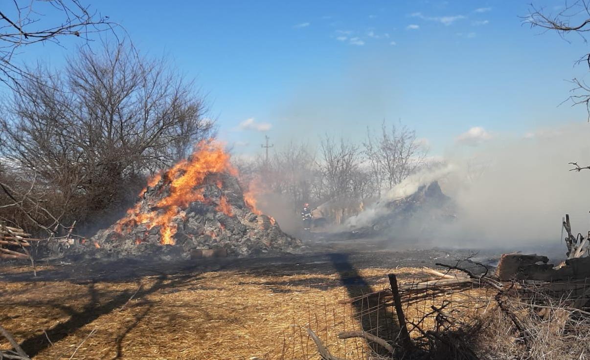 Incendiul de la Perşinari, cauzat de un arc electric între cablurile rețelei de înaltă tensiune. Intervenția a durat 5 ore