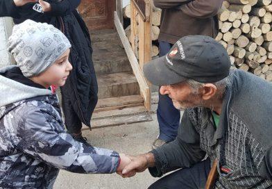 Alinare pentru bătrânii jefuiți la Văcărești! Tinerii din Neamunit și-au făcut timp să îi viziteze și să povesteasă cu ei