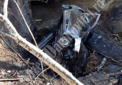 MORENI: Un autoturism s-a răsturnat într-o râpă și a luat foc