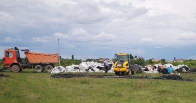 Munți de deșeuri, depozitate de romi, în sudul județului! Descindere a Poliției și Jandarmeriei!