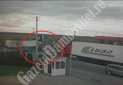 Filmul accidentului de la Nisipuri. Un TIR a spulberat două autoturisme (VIDEO)