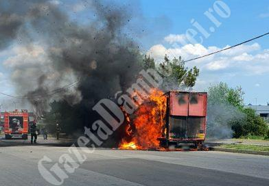 TÂRGOVIȘTE: Un camion plin cu hârtie a luat foc în trafic!