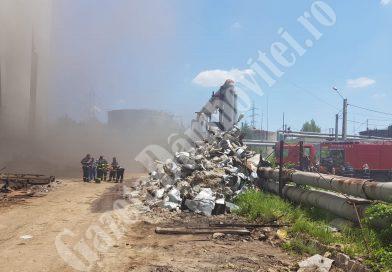 Mesaj RO-ALERT! Arde o hală a termocentralei Doicești. Pompierii se luptă de trei ore cu focul
