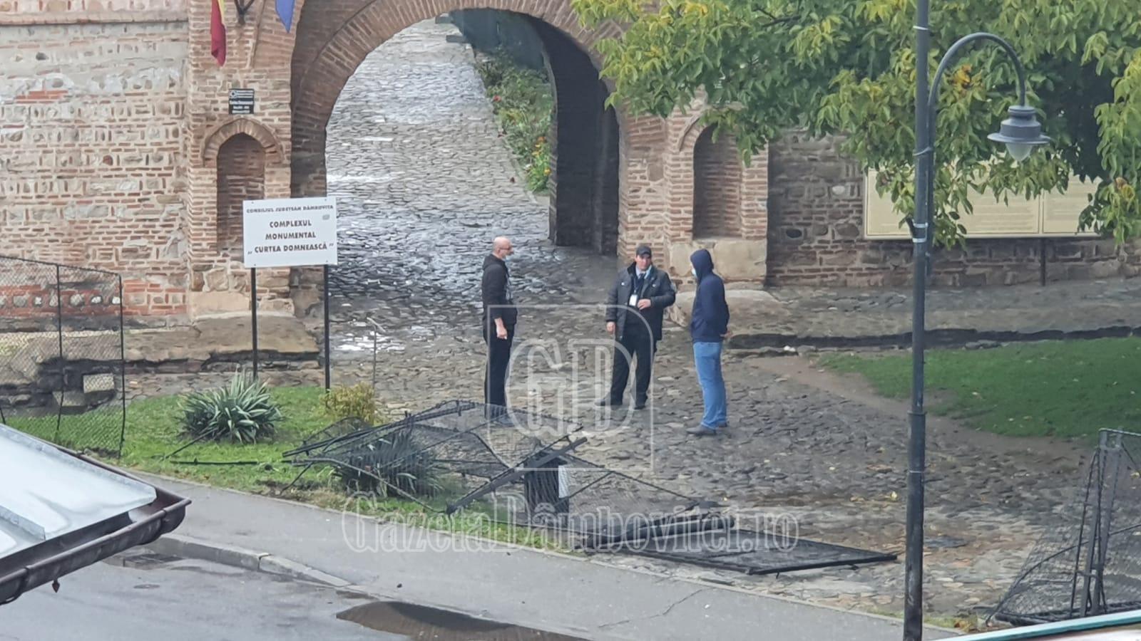 Un tânăr șofer teribilist a dărâmat gardul Complexului Muzeal Curtea Domnească
