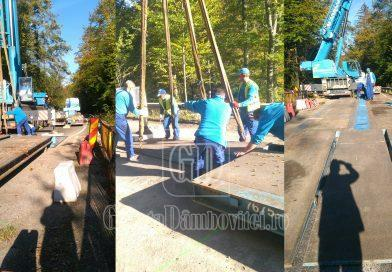 MOROENI: Muncitorii au montat un pod metalic pentru a trece transportul agabaritic