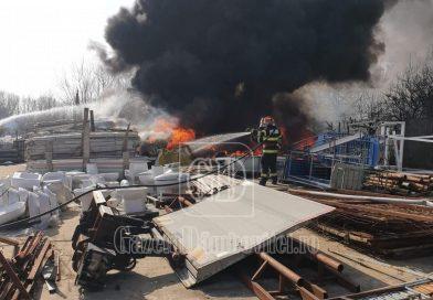 TÂRGOVIȘTE: Pompierii s-au luptat două ore cu un incendiu în care au ars 10 tone de mase plastice
