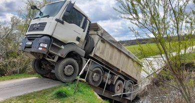 RĂCARI: Pod rupt de un șofer care nu a respectat restricția de tonaj